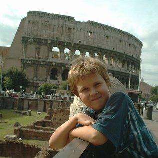 Max vor dem Kolosseum